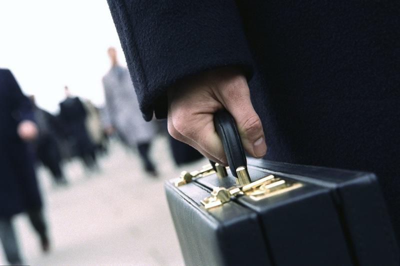 Добротный кожаный чемодан длябумаг— признак делового человека